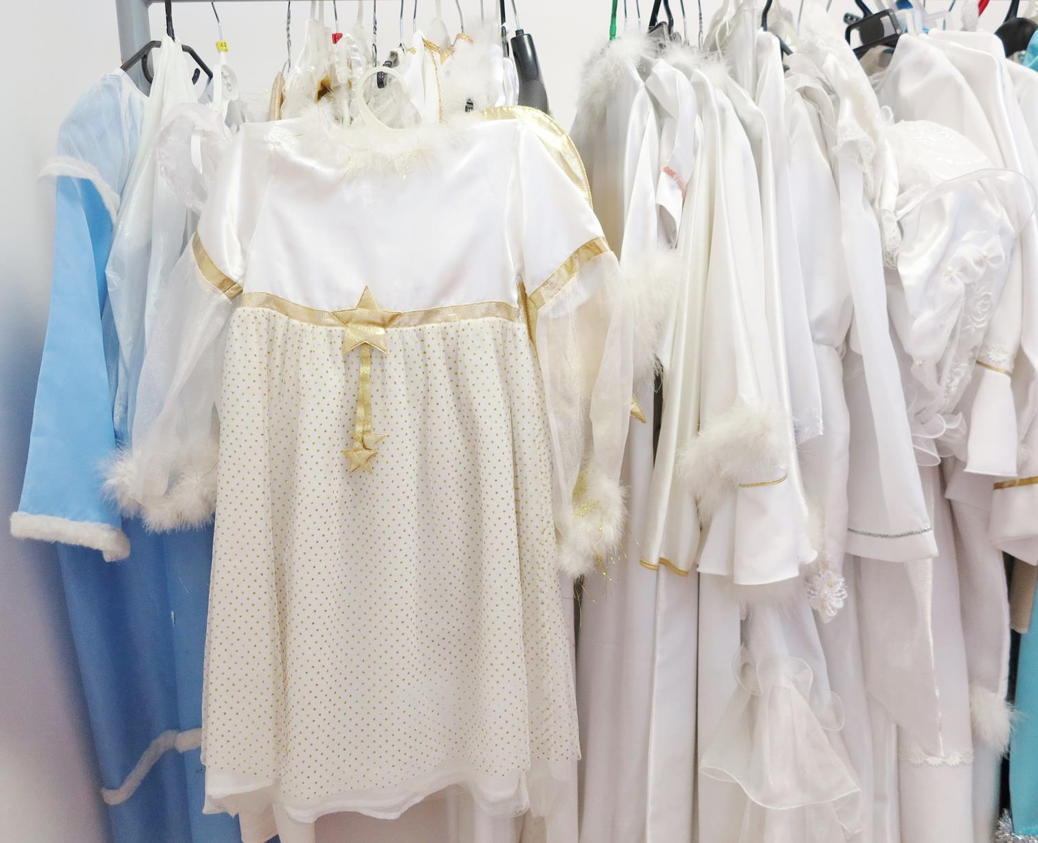 Białe stroje wiszące na wieszakach